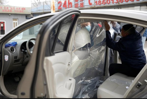 Coche de taxista protegido contra coronavirus
