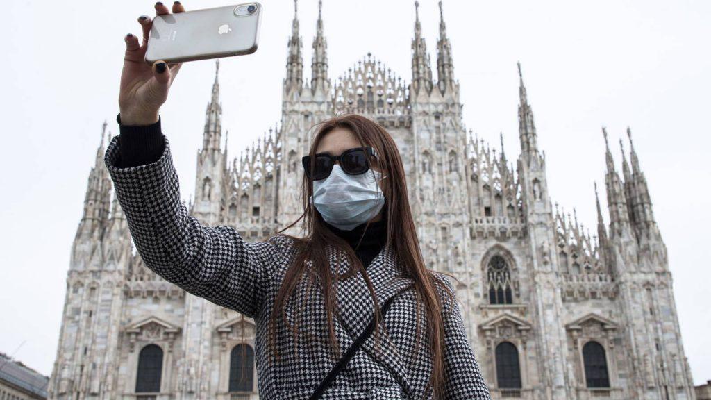 Mientras la humanidad haciendose selfies