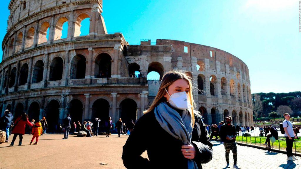 Personas protegidas en Italia para no ser infectadas por el coronavirus