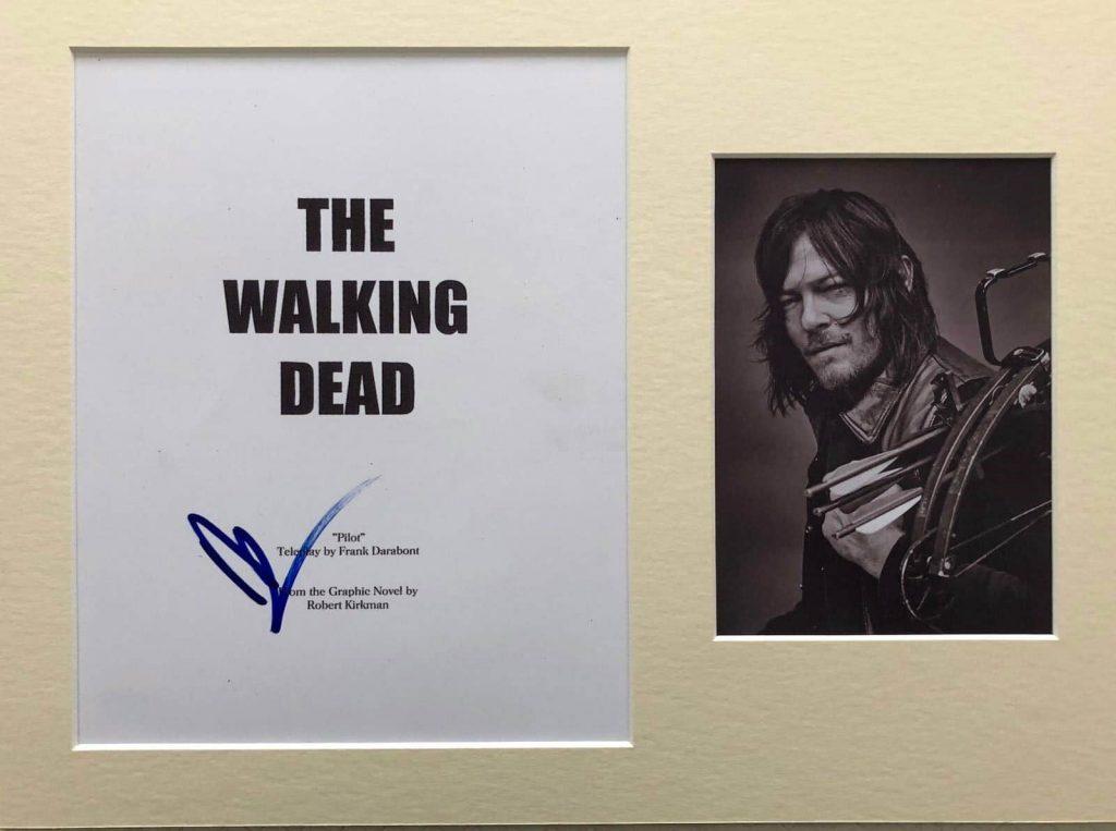 Guión The Walking Dead firmado con fotografía de Norman Reedus