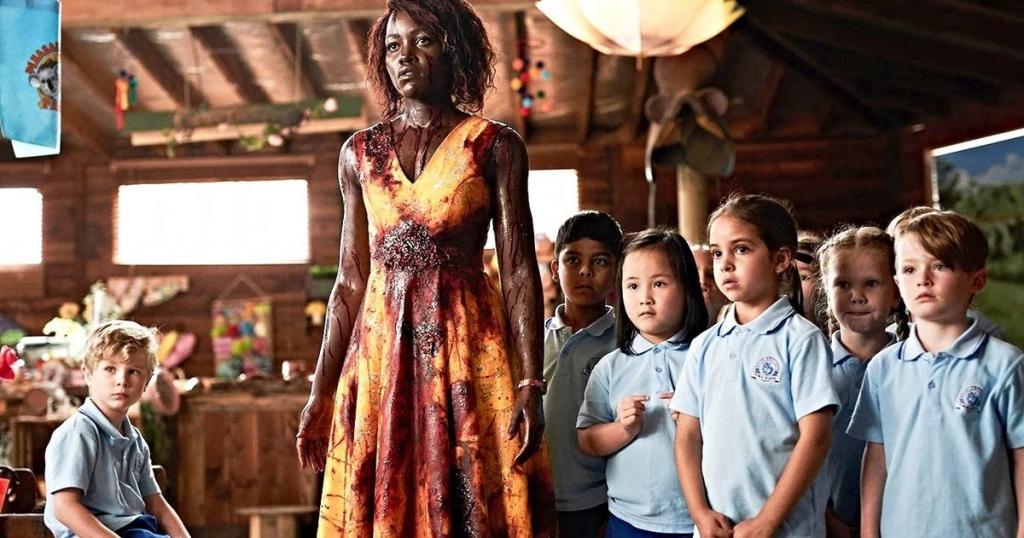 Miss Caroline con los niños de clase manchada con sangre