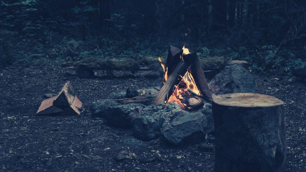 Imagen de zona de acampada, con fuego para calentar.