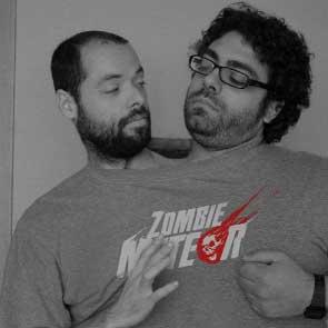 Pepelu y Alfonso con la camiseta de Zombie Meteor