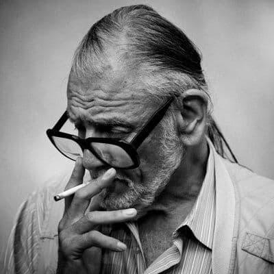 George A. Romero fumando