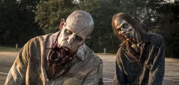 Dos zombies andando en una película de Zombies
