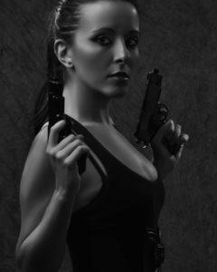 anniecatloren-con-pistolas