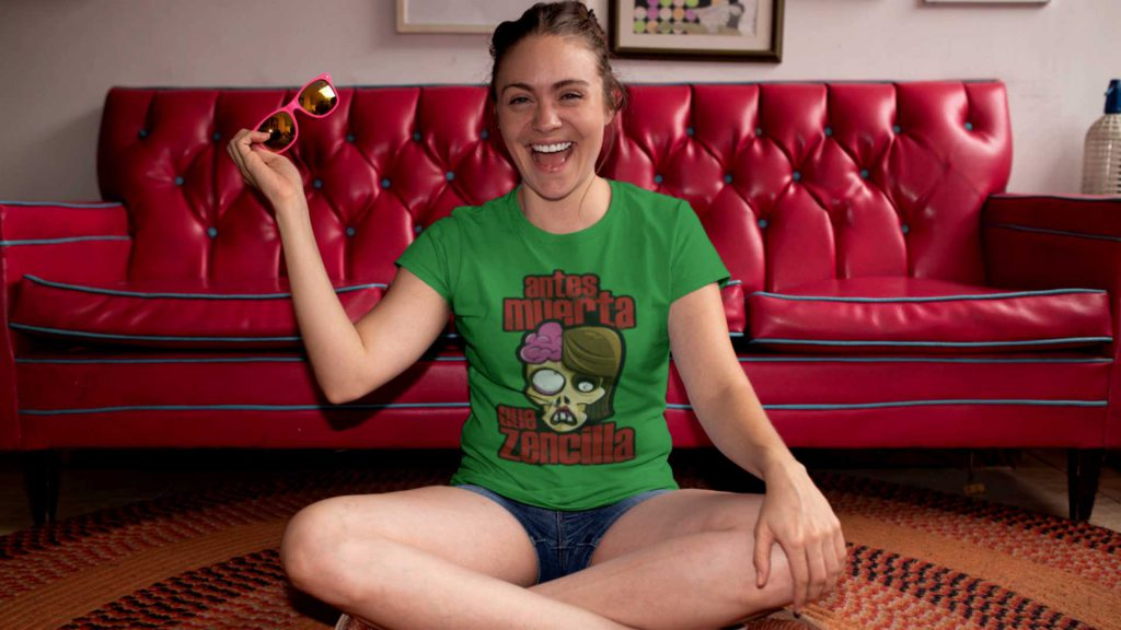 Chica Zombielover con camiseta de zombies