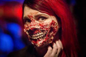 mujer-maquillaje-zombie-boca-pelirroja.jpg